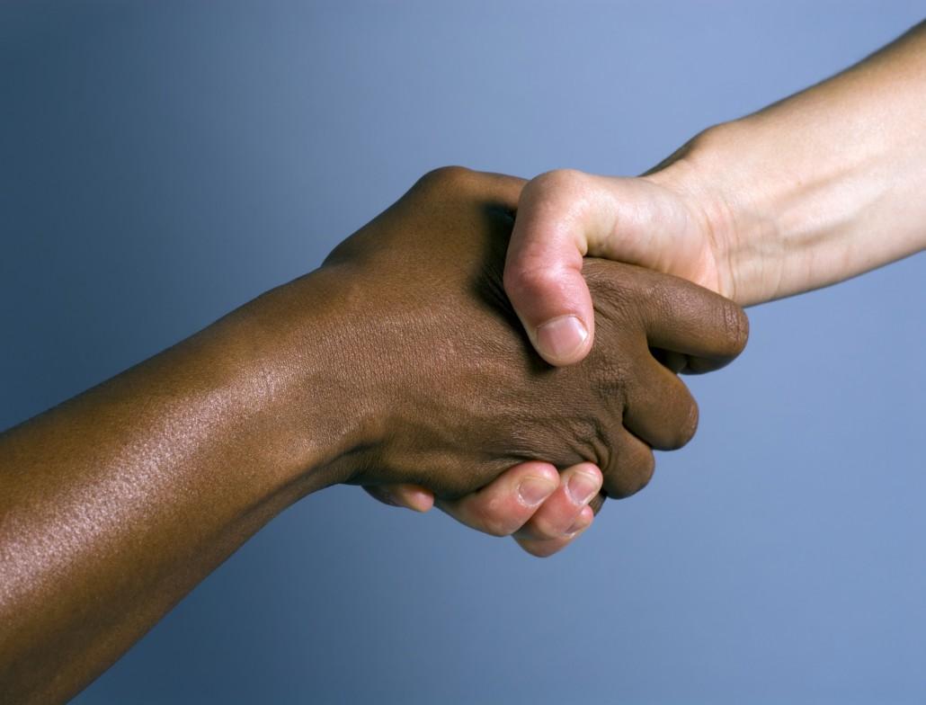 zwei sich schüttelnde Hände