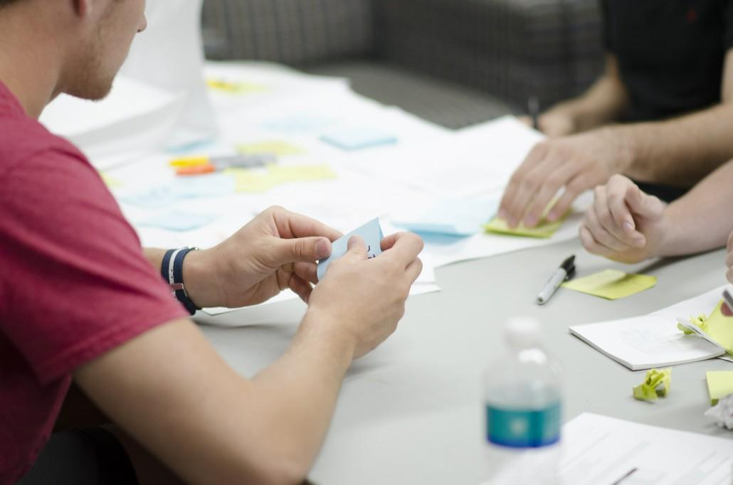 Mehrere Personen arbeiten an einem Projekt