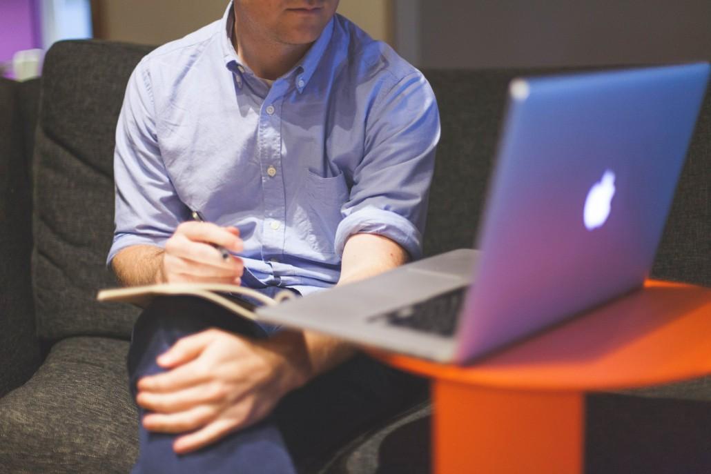 Ein Mann arbeitet an einem Laptop