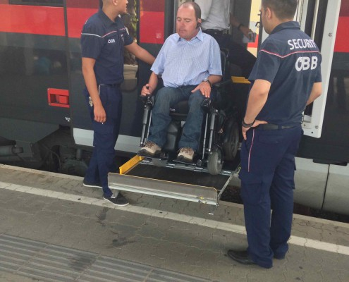 Reinhard Rodlauer testet eine Ein und Ausstiegshilfe eines Zuges