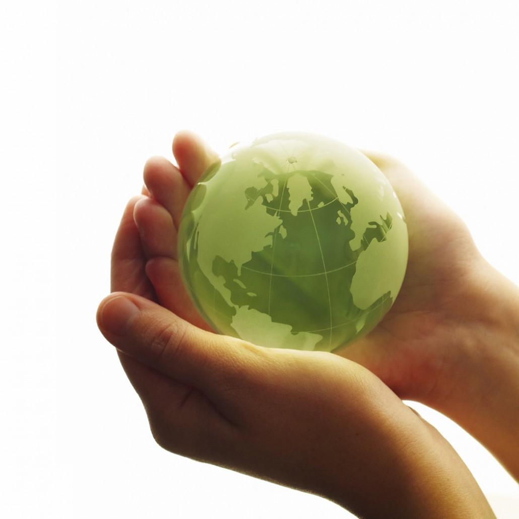 Zwei Hände halten einen Globus